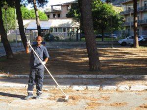 Calabria, Gioiosa: i migranti puliscono la città
