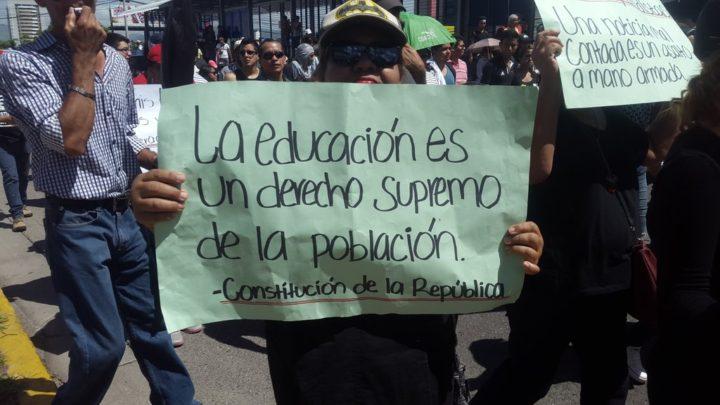 Estudiantes universitarios logran establecer una mesa de diálogo con las autoridades en Honduras