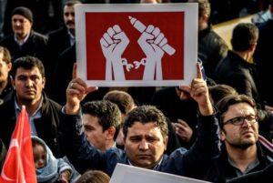 Turchia, mandato d'arresto per 42 giornalisti. Amnesty: sfrontato attacco alla libertà di stampa
