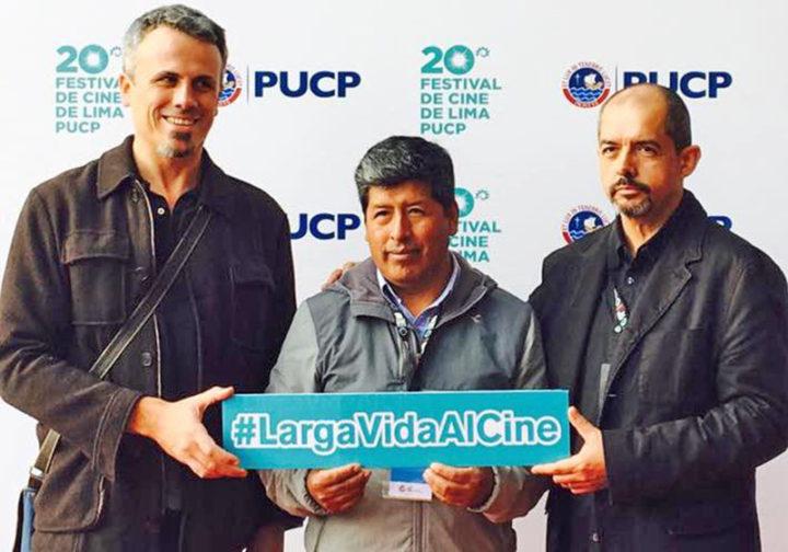 """El profesor Julio Machaca Chuquimamani (centro), protagonista del documental """"La señal"""", junto al director Leandro Pinto Le Roux (izq.) y el productor Miguel Barreda (der.)"""