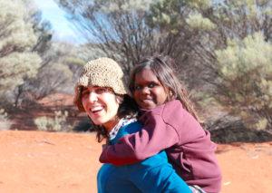 Humanista finaliza mes de caminata antinuclear por desierto australiano