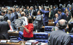 Sem aval das urnas, Temer assume a presidência e deve promover cortes e privatizações