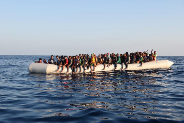 Migliaia di rifugiati intrappolati sulle isole greche, in fiamme un campo a Lesbo