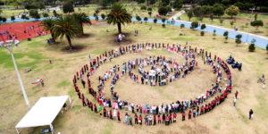 Ecuador: cientos de personas se unieron para formar el símbolo de la noviolencia