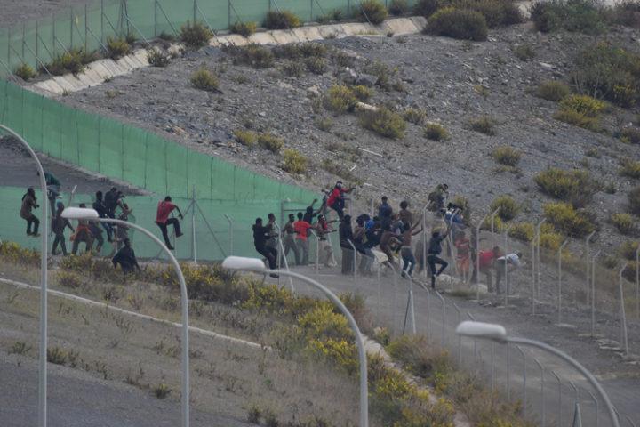 Doscientos migrantes consiguen saltar la valla de Ceuta