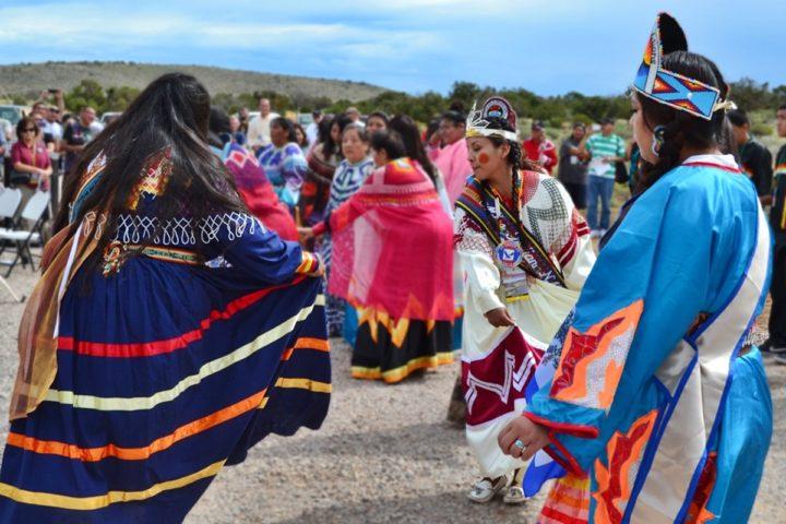 """Die Indianer kämpfen gegen die """"große schwarze Schlange"""""""