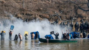North Dakota: lacrimogeni contro i protettori dell'acqua