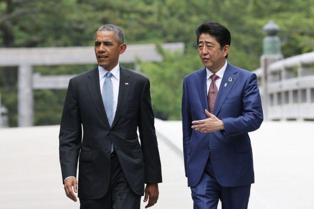Shinzo Abe invoca la pace e si prepara alla guerra