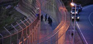 1.100 personas tratan de acceder a la valla fronteriza de Ceuta