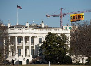 Attivisti di Greenpeace USA aprono banner nei pressi Casa Bianca