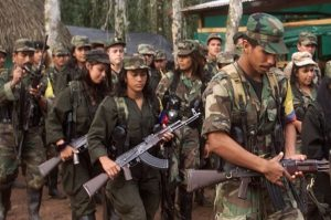 Colombia: le FARC depongono le armi i paramilitari no
