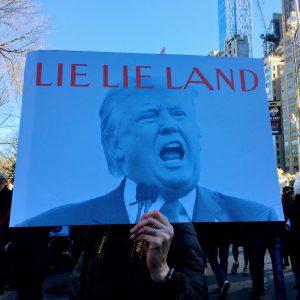 """Neoyorkinos protestan para decir """"hoy no es el día de mi presidente"""""""