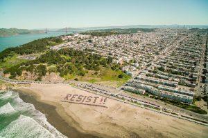 Miles se reúnen en playas de California para oponerse a Trump