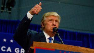 """""""Presidente con fines de lucro"""": un informe analiza cómo Trump está favoreciendo el control empresarial del gobierno"""