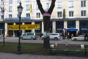 Kunstaktion in München: Die Friedenstaube muss leider draußen bleiben