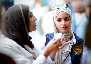 Así ven tres mujeres musulmanas con velo la idea de prohibirlo en el trabajo