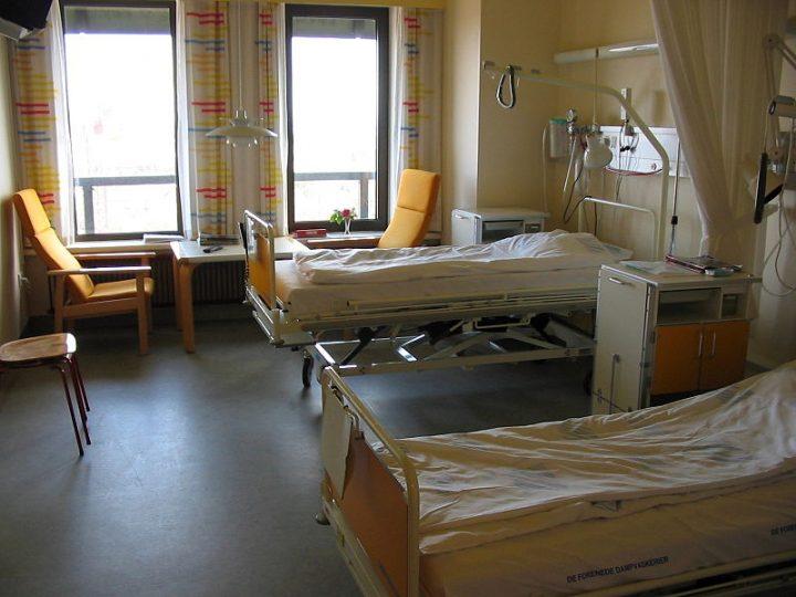 Illegittimo negare le cure mediche essenziali a una persona perché priva di permesso di soggiorno