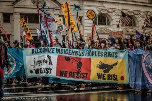 Aktivisten und Indigene Amerikaner marschieren in Washington bei Regen und Schnee