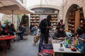 Mescladís: un restaurante de moda en Barcelona que ayuda a inmigrantes a conseguir los papeles