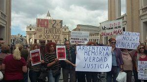 No al 2×1, protesta in Piazza S. Pietro di un gruppo di argentini