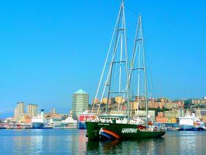 """Greenpeace: al via da Genova tour italiano della Rainbow Warrior """"Meno plastica, più Mediterraneo"""""""