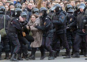 Russia, arresti di massa, AI: il governo aumenta la stretta nei confronti della libertà d'espressione