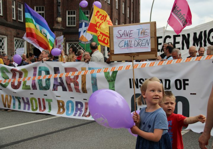 Zehntausende protestieren friedlich und bunt in Hamburg für eine Solidarität ohne Grenzen
