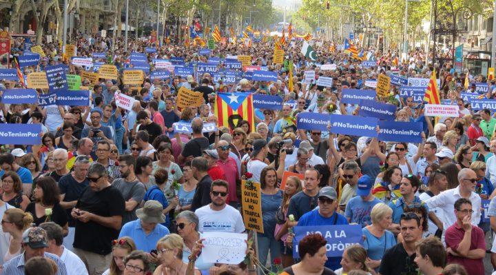 Miles de personas se manifiestan en Barcelona contra la violencia