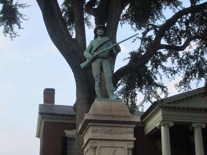 Η Σάρλοτσβιλ κρατά μόνο τα μη ρατσιστικά μνημεία πολέμων