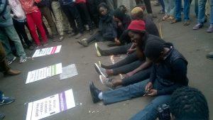 Kenia: protesta no violenta de las mujeres es atacada con piedras mientras aumenta la tensión después de las elecciones