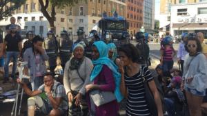 Refugiados expulsados con mangueras de incendios en Roma. Otra acogida debe ser posible