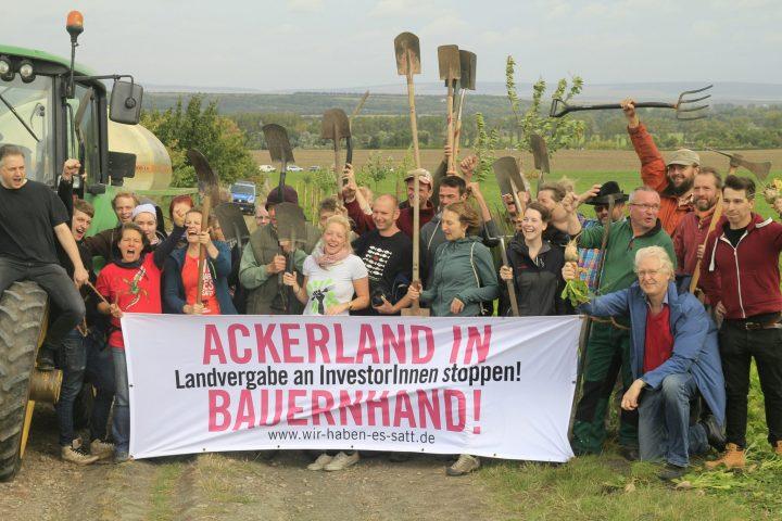 """""""Allee des Landraubs"""": Bauern pflanzen 42 Bäume gegen Ausverkauf von landwirtschaftlichen Flächen"""