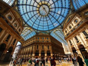 Cena di beneficenza in Galleria Vittorio Emanuele: non abbiamo bisogno dell'esibizione del lusso e della ricchezza