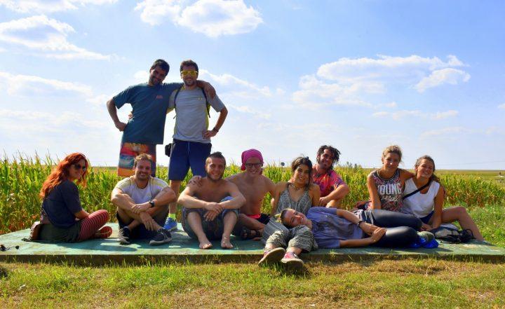 Grupo de Voluntarios en los campos serbios