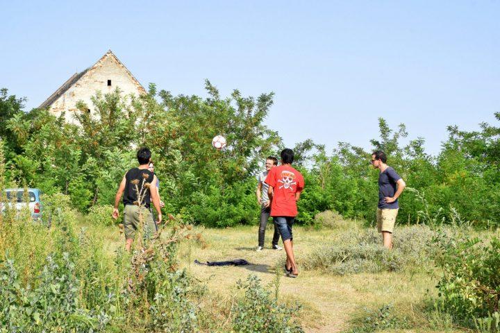 Voluntarios y refugiados juegan al Voley en los campos serbios