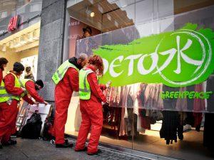Greenpeace: serve una moda slow, il riciclo dei vestiti è una chimera