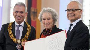 """""""Geschichten haben es in sich"""": Verleihung des Friedenspreises an Margaret Atwood"""
