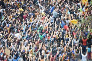 Milers de persones omplen els carrers davant el PP, la Policia Nacional i el Parlament