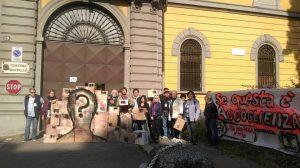 Flash mob delante del antiguo cuartel de Montello: ¡Los migrantes no son paquetes postales!