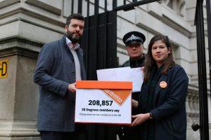 Activistas de impuestos entregan la petición al Primer Ministro con 208.000 firmas tras los papeles del paraíso