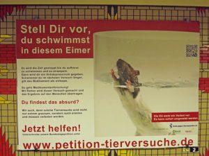 Plakataktion gegen Tierversuche in Berlin