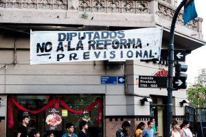 Pueblo argentino marchó contra recortes a jubilados