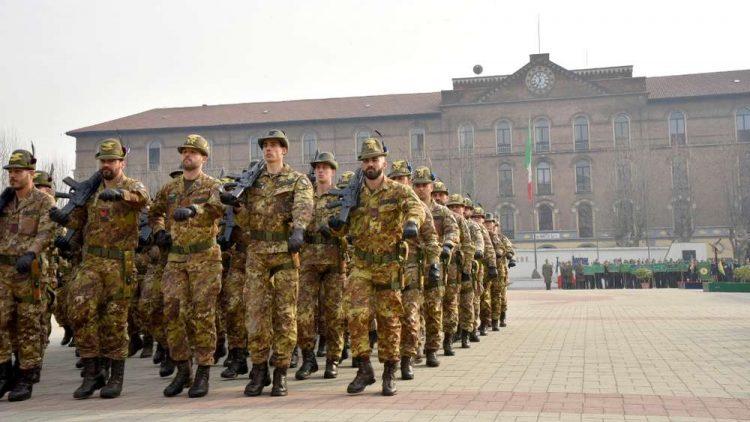 Militari italiani in marcia