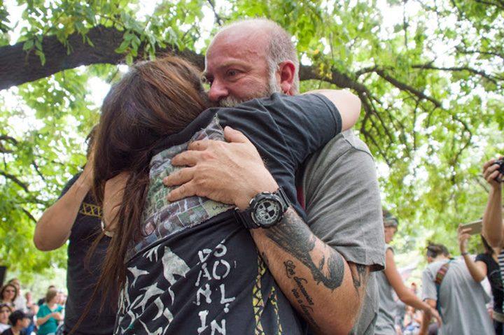 Mónica y Sergio, la historia de un abrazo demorado