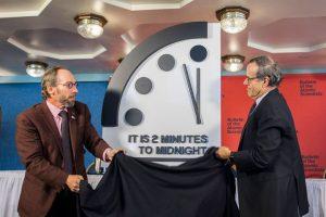 El 'Boletín de los científicos atómicos' anunció que la humanidad está a dos minutos de la medianoche