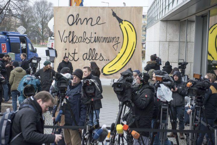 """Kunstaktion zu den Koalitionsverhandlungen: """"Ohne Volksabstimmung ist alles Banane"""""""