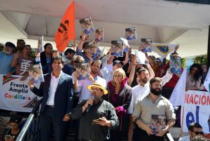 La célébration du Frente Amplio (Front Large) envahit la place Victoria de Valparaiso