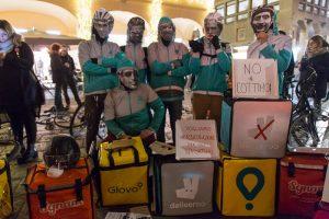 """Da Bologna parte la battaglia per la carta dei """"riders"""": paghe eque e diritto al conflitto per i fattorini"""