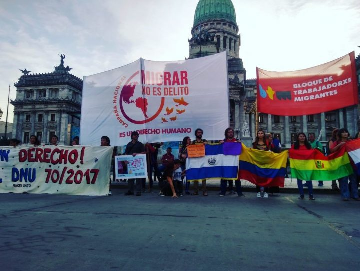 Migrantes en Argentina exigen derogación de decreto que los criminaliza
