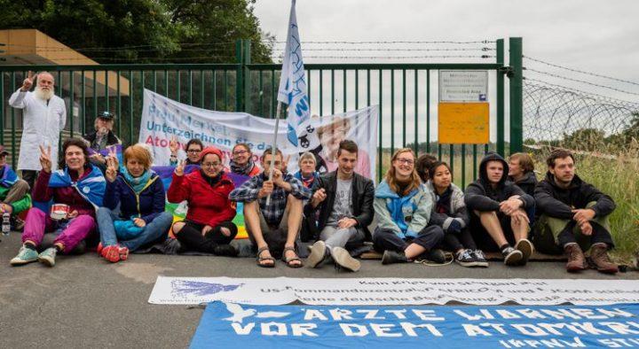 Friedensaktivisten blockieren Atomwaffen- stützpunkt Büchel